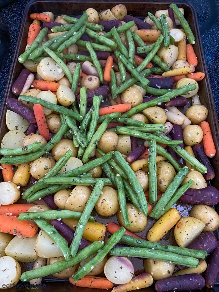 add green beans to baking sheet